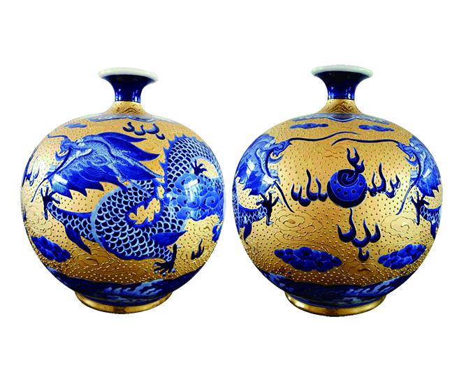 双龙戏珠青花描金陶瓷工艺品